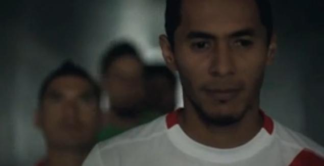 """Carlos Lobatón con cara de no querer salir del túnel. El lema: """"Volvamos a cantar, volvamos a creer""""."""